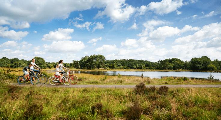 Gezin maakt fietstocht door de Drentse natuur